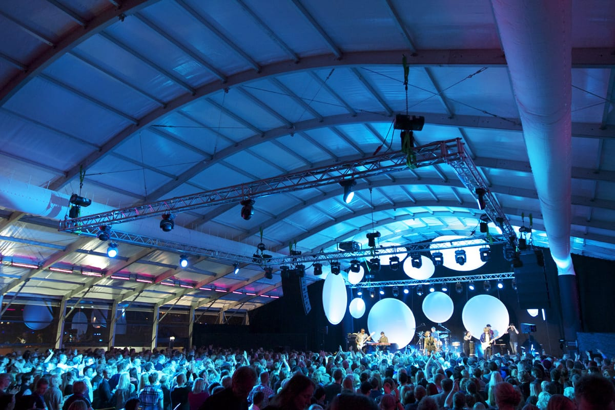 A HÖCKER F-Series large marquee with a curved roof for a music event