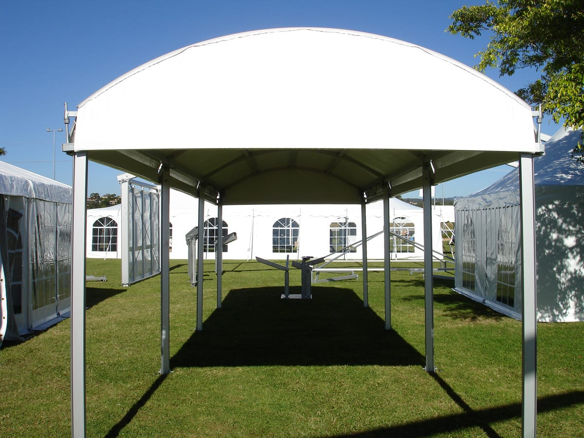 A RÖDER HTS (PZ) curved roof walkway for an event